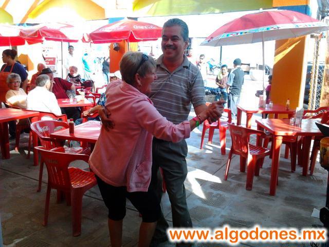 en MARISCOS EL PAISA el propietario se pone en ambiente con nuestra clienta :D  th� bigboss d�ncing with a friend in Los Algodones